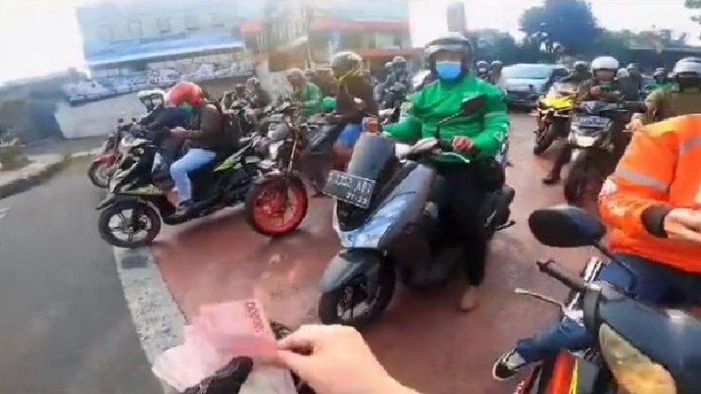 Aksi Viral Bagi Uang PPKM di Bandung, Ini Sumber Uang Doni ...
